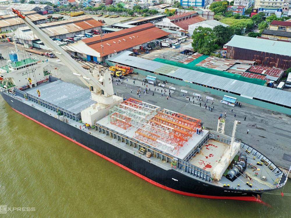 Tàu Bayani chở toa Metro Số 1 trên đường vào cảng Khánh Hội, Quận 4